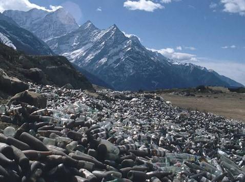 Альпинист спустил с эвереста лавину мусора