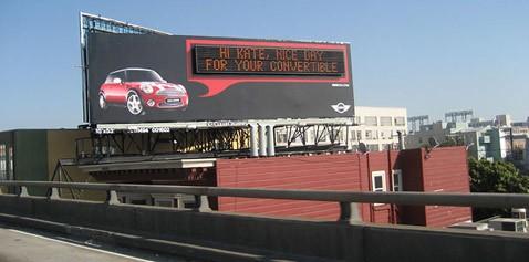 Болтливый билборд называет машины по имени