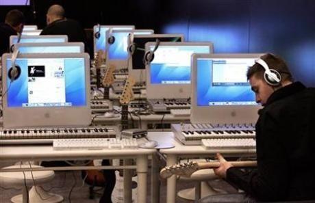 Пиратский закон: операторы заплатят за скачанные музыку и видео