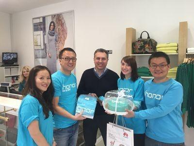 Счастливый клиент получил первый honor 4c из рук президента huawei russia device