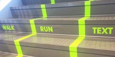 В университете сша появилась лестница для людей, набирающих на ходу сообщения