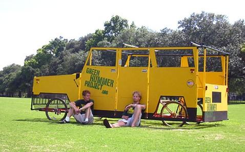Зелёный жёлтый hummer приводит общество в себя